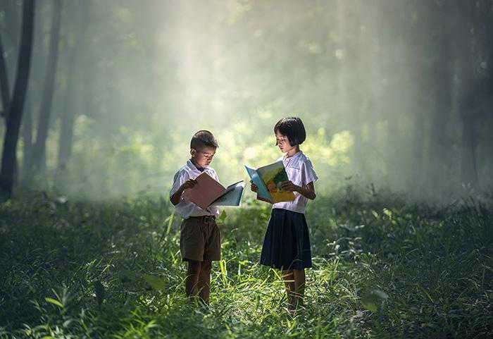 森で本を読む子供